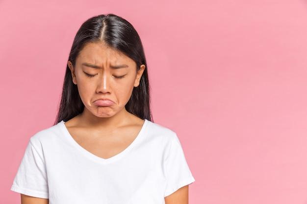 Mujer mirando molesto con espacio de copia Foto gratis