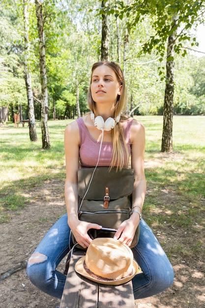 Mujer mirando a otro lado y escuchando música Foto gratis
