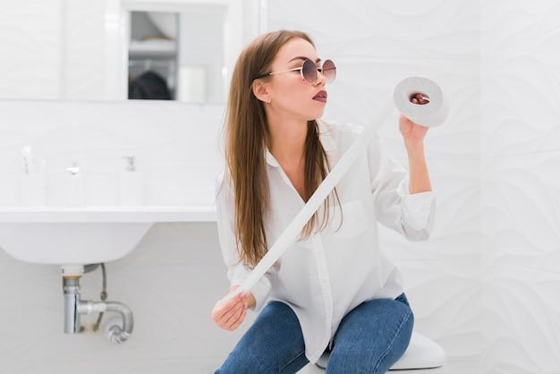 Mujer mirando un papel higiénico Foto Premium