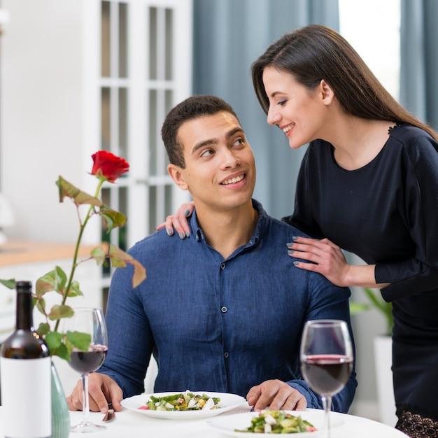 Mujer mirando a su novio con amor Foto gratis