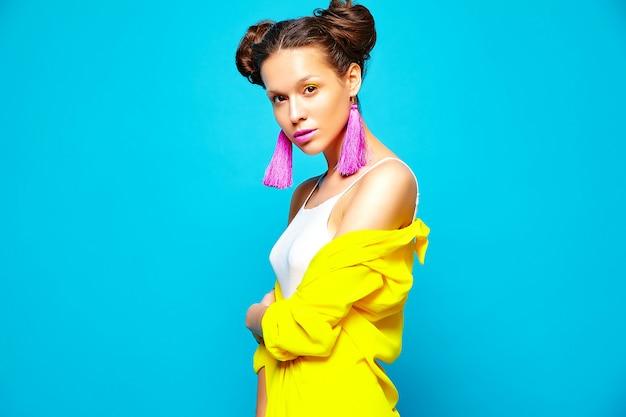 Mujer de moda en ropa casual de verano Foto gratis
