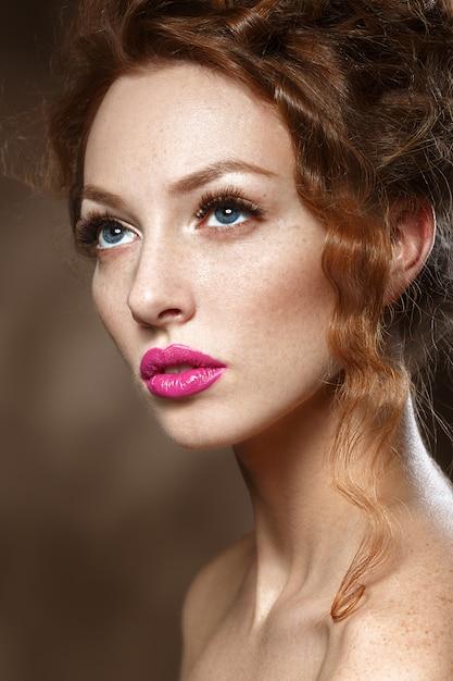 Mujer de modelo de moda de belleza con pelo rojo rizado, pestañas largas. hermosa mujer elegante con piel suave y saludable. Foto Premium