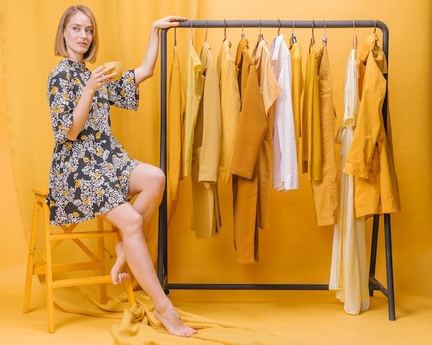 Mujer moderna al lado de guardarropa Foto gratis