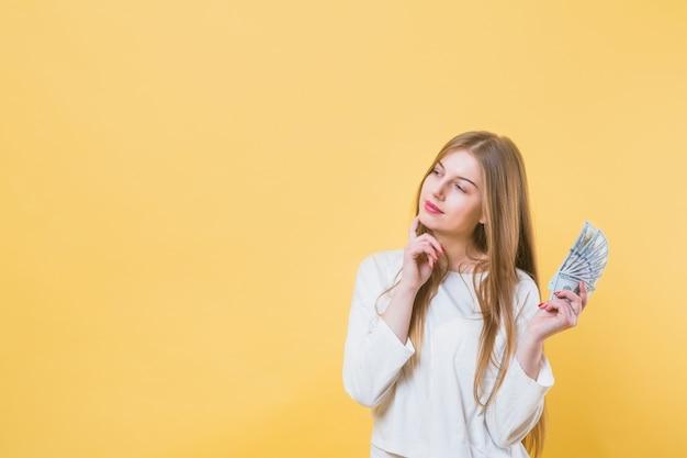 Mujer moderna y copyspace Foto gratis
