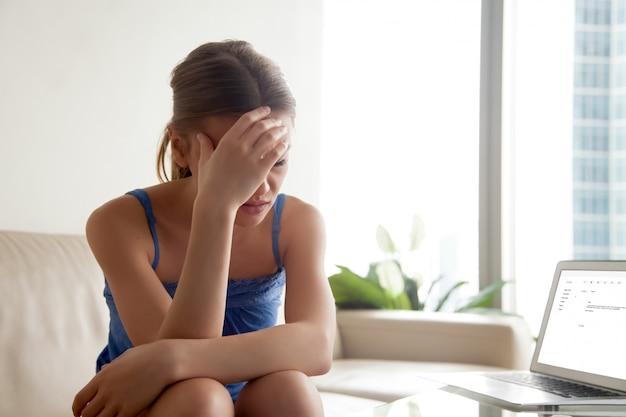 Mujer molesta por malas noticias en carta de correo electrónico Foto gratis
