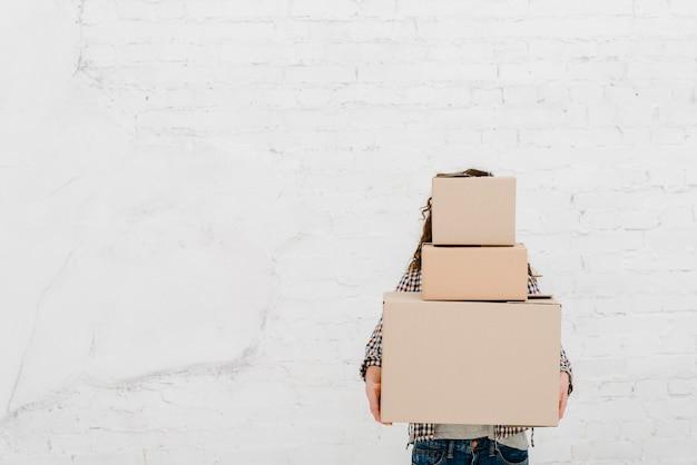 Mujer con montón de cajas Foto gratis