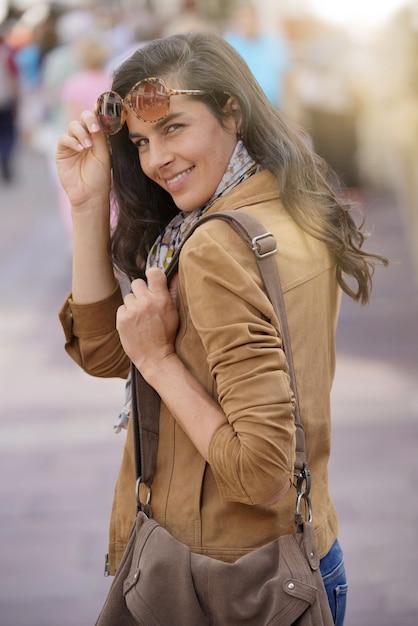 d603038632 Mujer morena atractiva en ciudad que lleva las gafas de sol   Descargar  Fotos premium