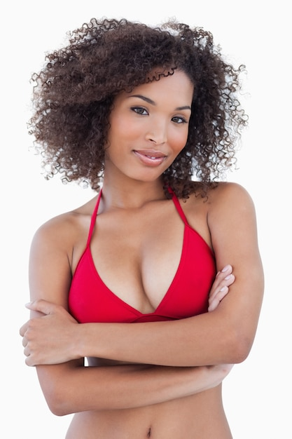Con Brazos Coloca Mujer Atractiva Se Cruzados Que Los Morena mnw80N
