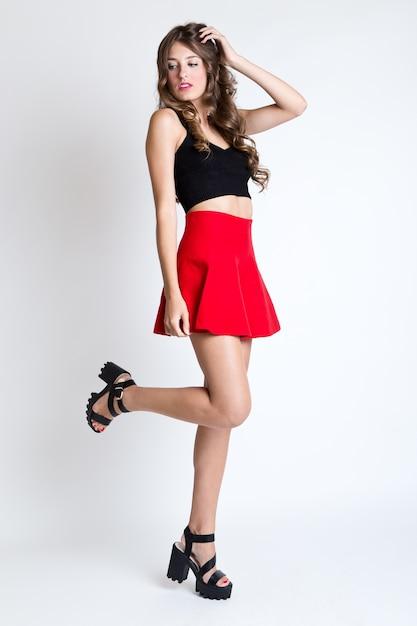 27e80ef5ccd3 Mujer morena de moda con largas piernas delgadas posando en estudio ...