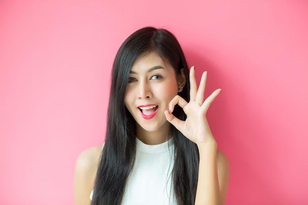 Mujer mostrando expresión facial Foto gratis