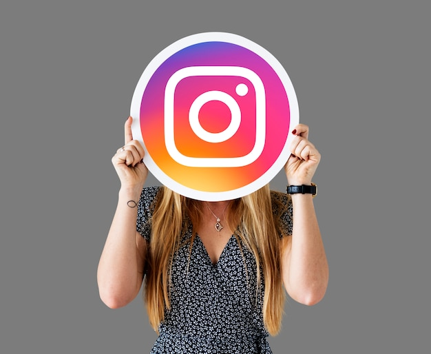 Mujer mostrando un ícono de instagram Foto gratis