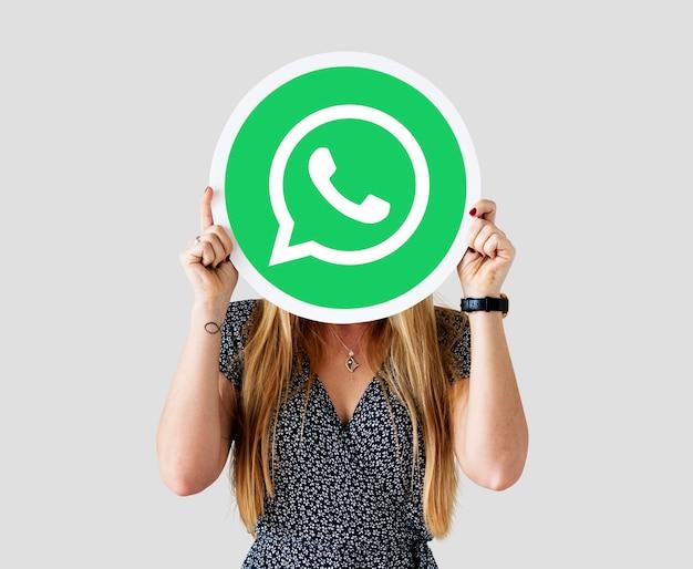 Mujer mostrando un icono de whatsapp messenger Foto gratis