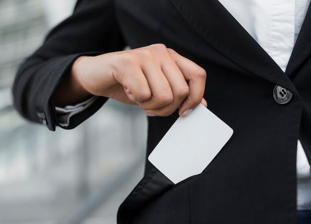 Mujer mostrando maqueta de tarjeta de visita Foto gratis