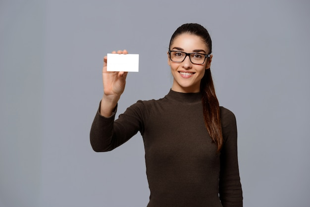 Mujer mostrando tarjeta de visita Foto gratis