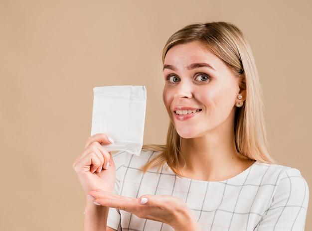 Mujer mostrando un tiro medio pad Foto gratis