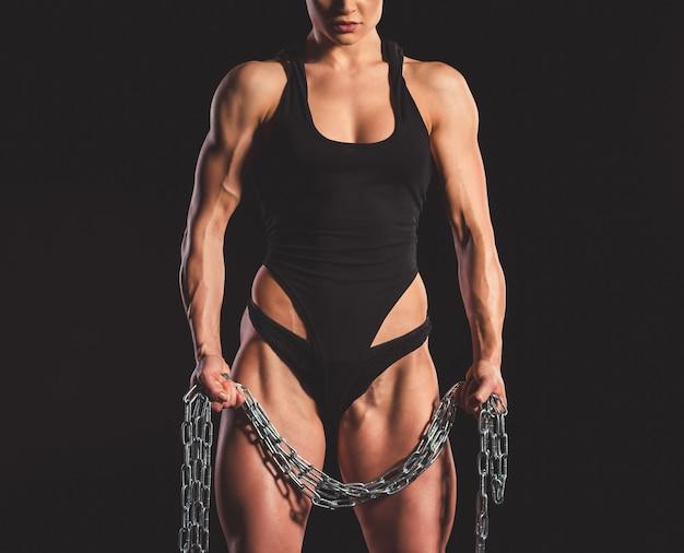 Mujer musculosa con cadena de hierro Foto Premium