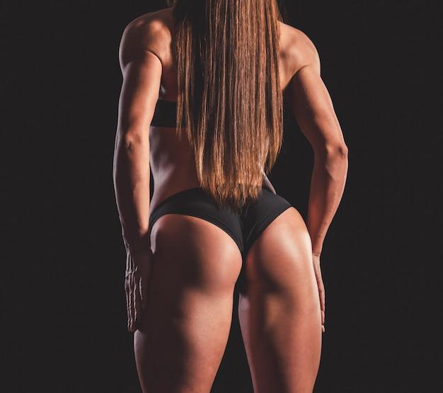 Mujer musculosa fuerte en ropa interior negra Foto Premium