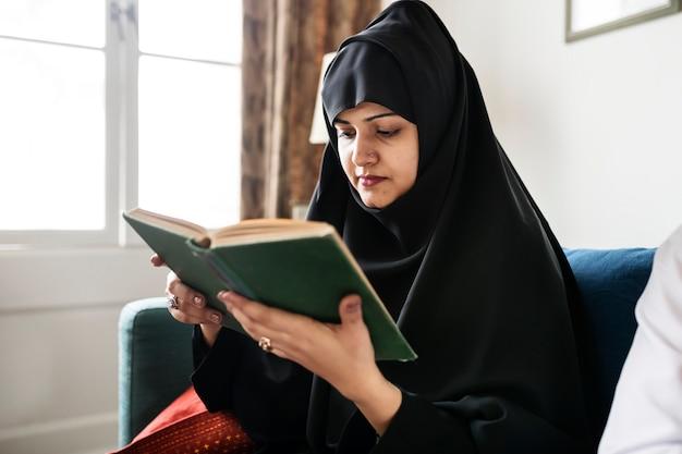 Mujer musulmana leyendo del corán Foto Premium