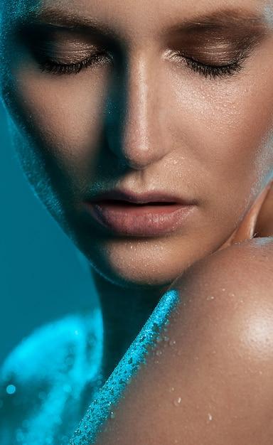Mujer muy sexy muestra su aspecto natural Foto gratis