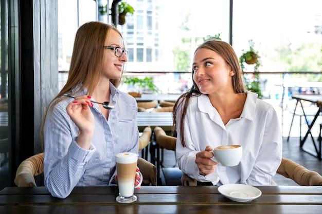 Mujer de negocios de alto ángulo en coffee break Foto gratis