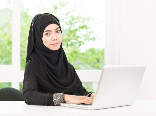 Mujer de negocios árabe trabajando Foto gratis
