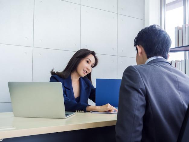 Mujer de negocios asiática y empresario trabajando juntos en la oficina Foto Premium