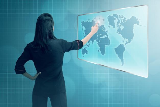Mujer de negocios asiática joven que señala la red digital del negocio Foto Premium