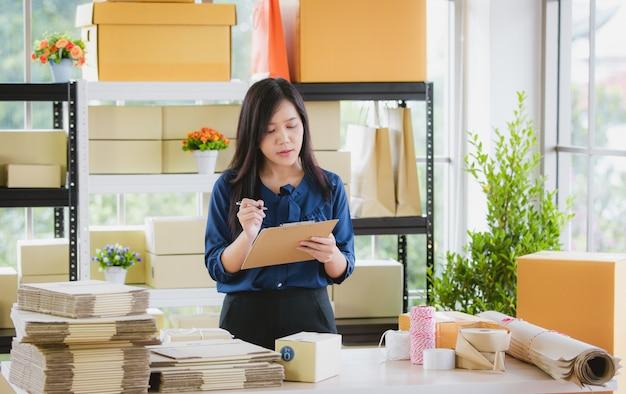 Mujer con negocios desde casa. Foto Premium