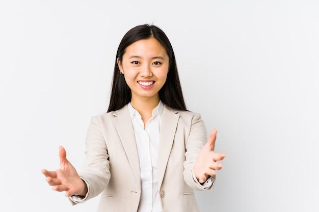 La mujer de negocios china joven se siente confiada dando un abrazo a la cámara. Foto Premium