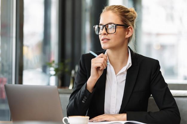 Mujer de negocios concentrada joven Foto gratis