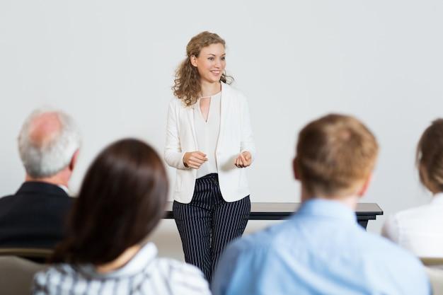 Mujer de negocios dando una conferencia Foto gratis