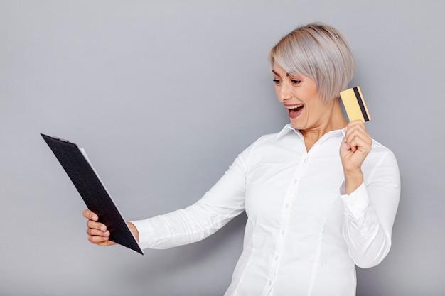 Mujer de negocios emocionada en la oficina Foto gratis