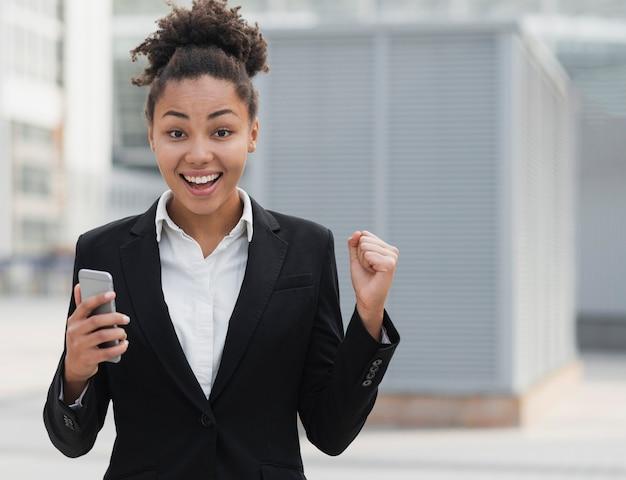 Mujer de negocios emocionada tiro medio Foto gratis