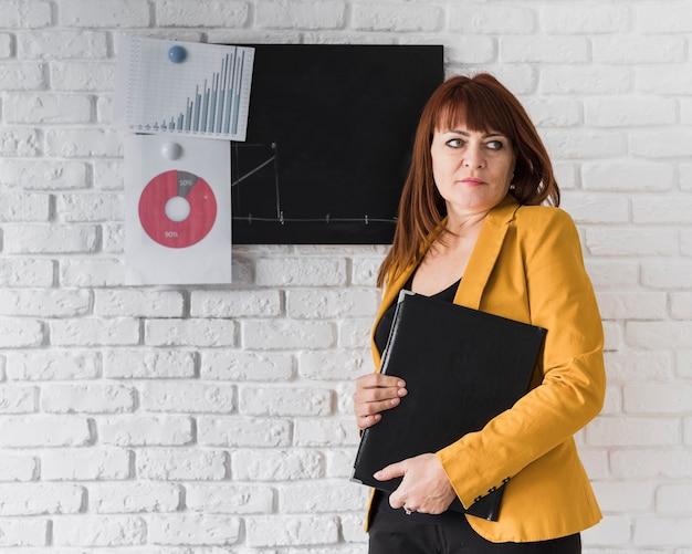 Mujer de negocios, hacer, cuarto, revisión Foto gratis