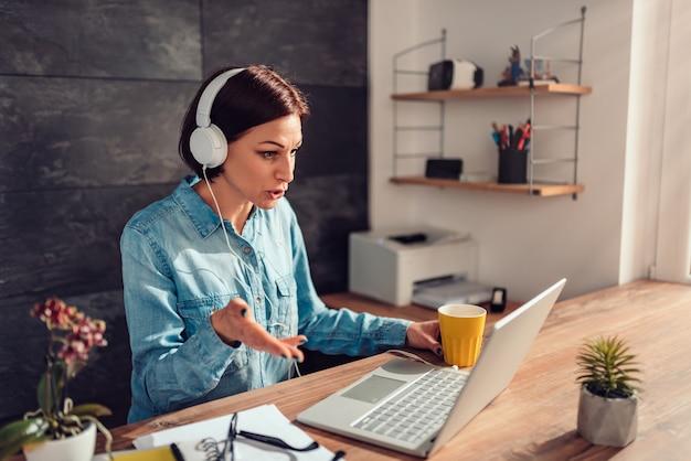 Mujer de negocios haciendo videollamada en la oficina Foto Premium