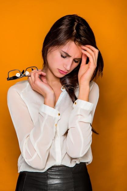 Mujer de negocios hermosa joven frustrada seria Foto gratis