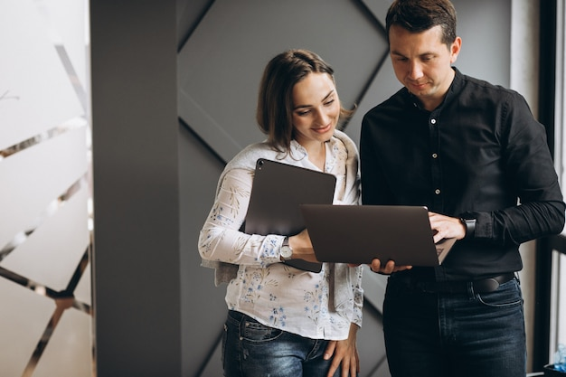 Mujer de negocios y hombre de negocios colegas que trabajan en la computadora portátil Foto gratis