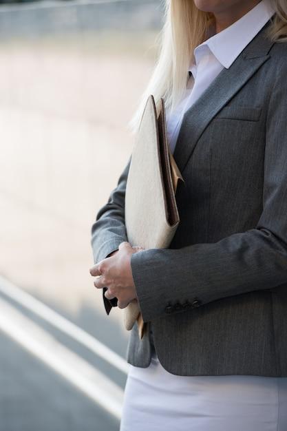Mujer de negocios irreconocible con informes Foto Premium