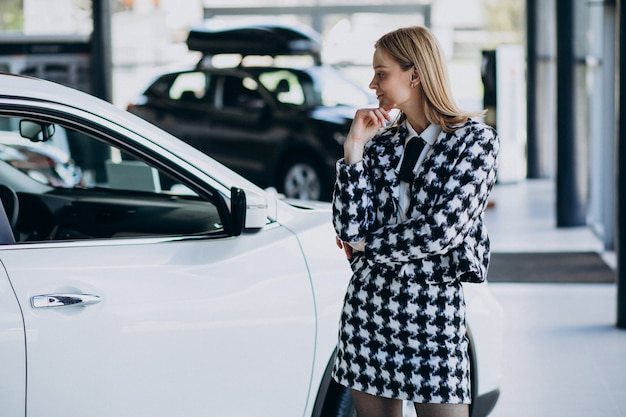 Mujer de negocios joven que elige un coche Foto gratis
