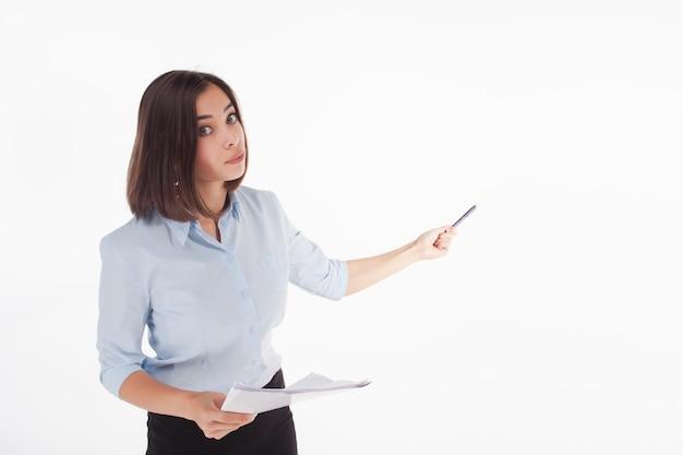 Mujer de negocios joven que muestra algo posando Foto gratis