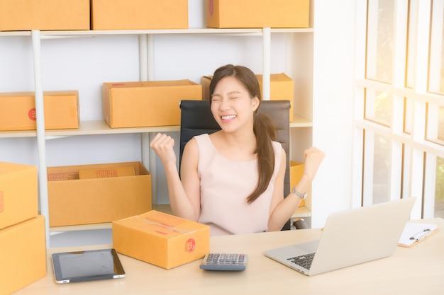 Mujer de negocios joven que trabaja en línea con la computadora portátil Foto Premium
