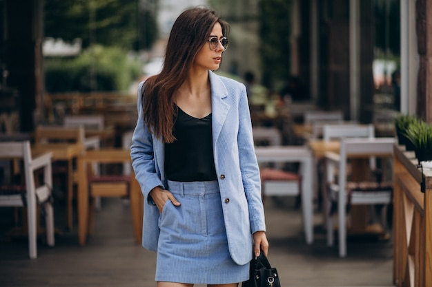 Mujer de negocios joven vestida con traje azul Foto gratis