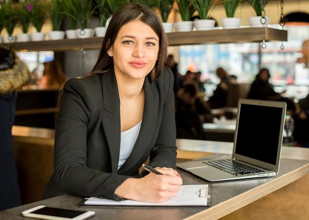 Mujer de negocios morena posando Foto gratis