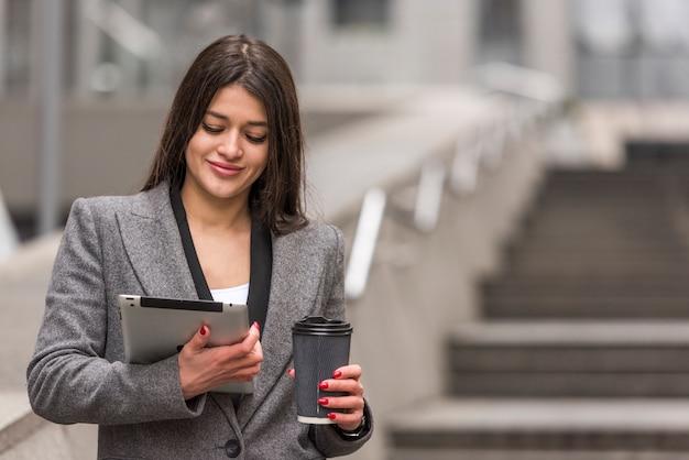 Mujer de negocios morena usando su tablet Foto gratis