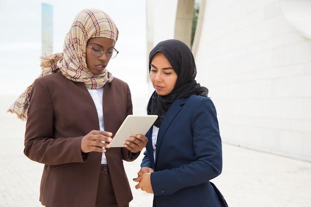 Mujer de negocios musulmana seria que explica los detalles del proyecto Foto gratis