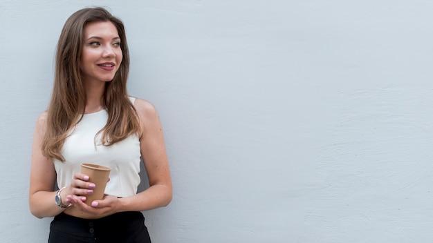 Mujer de negocios posando en la calle Foto gratis