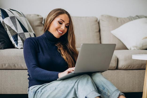 Mujer de negocios trabajando en la computadora portátil en casa Foto gratis