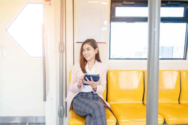 Mujer de negocios está trabajando en metro Foto Premium