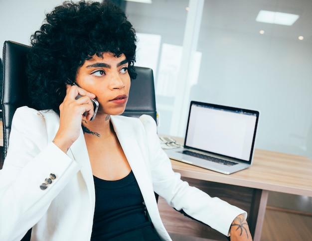 Mujer de negocios trabajando en la oficina Foto gratis