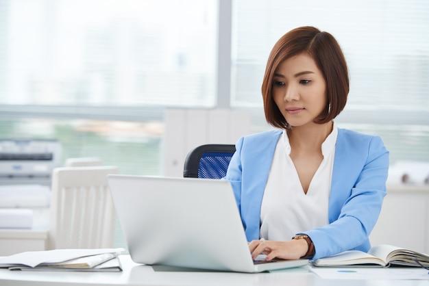 Mujer de negocios en el trabajo Foto gratis